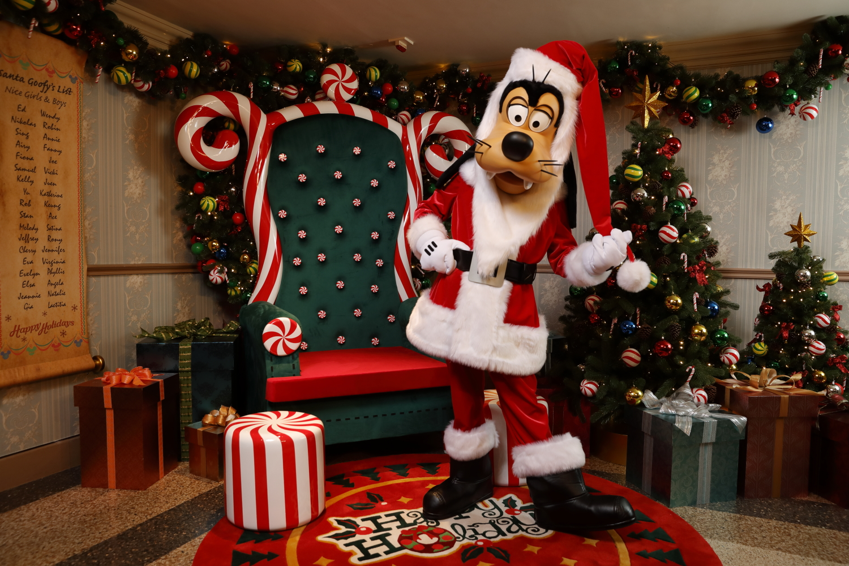 Santa Goofy HK Disneyland Winter 2018